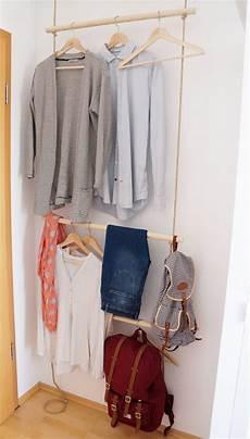 schlafzimmer kleiderständer diy eine schmale garderobe mit seilen hinter der t 252 re a