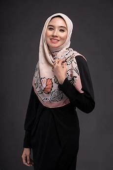 7 Gaya Jilbab Voile Motif Yang Sedang Tren Saat Ini