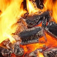 holzkohle im kamin holzkohle die in bbq oder im kamin brennt stockbild