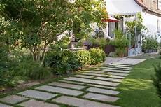trittplatten im rasen gartenblog geniesser garten ueberdachte terrasse im