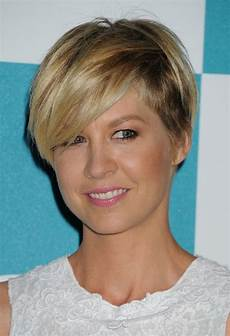 jenna elfman wedge haircut with side swept bangs for women styles weekly