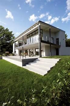 Ger 228 Umige Terrasse Mit Treppe Zum Garten Haus Hanglage