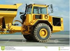 Grand Camion De Dumper Dans Le Chantier De Construction
