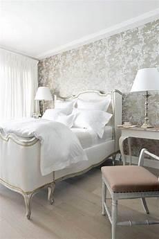 schlafzimmer gestalten tapeten schlafzimmer gold wei 223 florale tapete heller holzboden future home