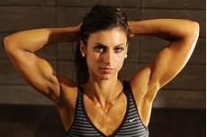 fitness model frau so reduzierst du fett an den oberarmen ohne ins