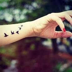 tatouage poignet oiseau envol d oiseaux poignet tattoos tatouage tatouage