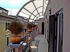 arredare terrazzo lungo e stretto come arredare un piccolo balcone stretto e lungo