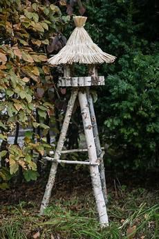 vogelhaus birke mit rundem strohdach