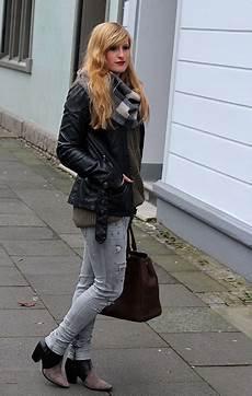 Winter Casual Look Graue Ripped Schwarze Lederjacke