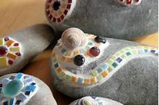 steine kleben basteln kieselsteine mit mosaik verziert ringelmiez
