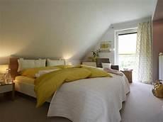 Zimmer Mit Dachschräge Farblich Gestalten - schlafzimmer unterm dach attic rooms attic apartment