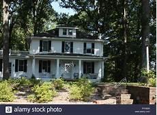 Gro 223 Es Haus Im Kolonialstil In Virginia Stockfoto Bild