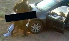 Un Policier En Fonction Couche Avec Une Fille Sur Le Capot