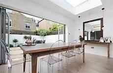 table et chaise transparente chaises transparentes table en bois salle 224 plan ouvert