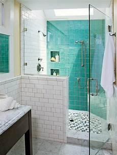 moderne bäder fliesen dekoration mit farben badewanne glaswand fliesen dusche zu