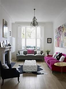 wohnzimmer design sofa lila grau schwarzer sessel kuhfell