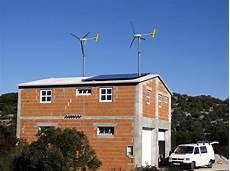 windrad auf dem dach eines einfamilienhauses www klein
