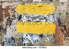 Wand Mit Alten Papierfetzen Als Hintergrund Stockfoto