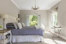 orientation du lit comment mieux dormir avec la bonne orientation du lit