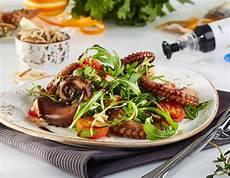 pulpo sous vide mit rucola mandeln und kirschtomaten
