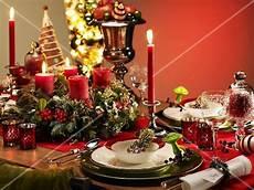 festlich gedeckter tisch weihnachten festlich gedeckter weihnachtstisch bilder kaufen