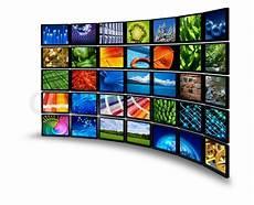 multimedia breitbild monitor wand mit bunten bildern