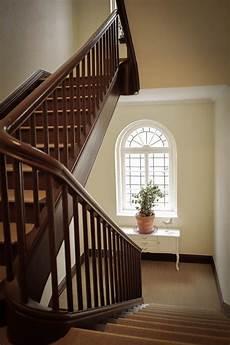 renovierter altbau treppenhaus treppe haus altbau