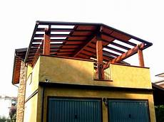 terrazzo in legno pergola pi 249 cielo a due falde realizzata a copertura di un