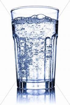 bilder in glas glas mit mineralwasser gef 252 llt lizenzfreies bild