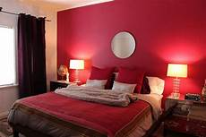 Schlafzimmer Rote Wand - contemporary bedroom with wall paint circle mirror