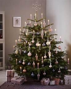 festlich wir dekorieren den christbaum weihnachten