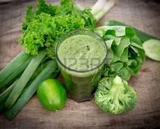 21362449 Jus De Legumes Verts En Bonne Sante Sur La Table