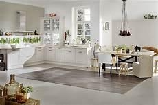 weiße küche landhausstil freundliche wei 223 e k 252 che mit rahmenfronten im modernen