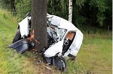 unfall marburg heute t 246 dlicher unfall auf der b175 kleintransporter f 228 hrt frontal gegen baum wochenendspiegel
