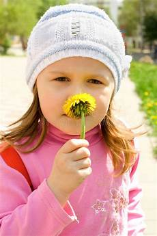 bambino sente l odore di occhi dell insieme della donna illustrazione vettoriale