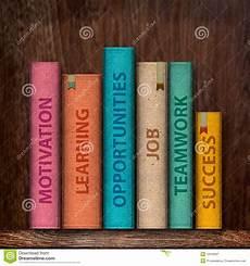 scaffale per libri libri su uno scaffale per libri illustrazione di stock