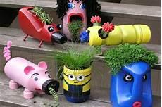 vasi con bottiglie di plastica giocare riciclando lavoretti per bambini con le bottiglie