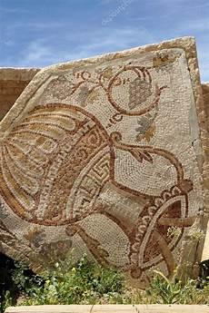 vaso romano antico un antico mosaico romano con vaso di ed uva foto