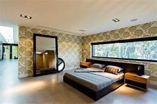 grüne wand wohnzimmer gr 252 ne modernes schlafzimmer mit dekorativer wand