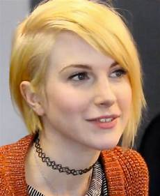 hayley williams straight golden blonde bob side part sideswept bangs hairstyle steal her style