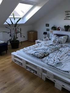 Einrichtungsideen Schlafzimmer Selber Machen - sch 246 nes doppelbett aus wei 223 gestrichenen paletten diy