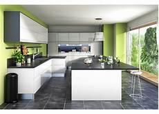 decoration cuisine gris cuisine vert greenery mur peinture ouverte sur le jardin