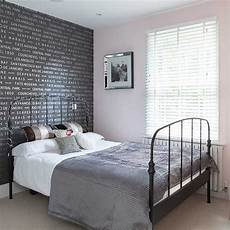 Tapete Schlafzimmer Grau - grey typographical wallpaper bedroom wallpaper ideas