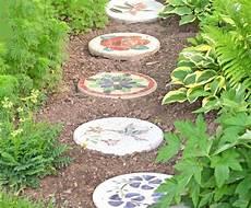 Beton Ideen Für Den Garten - trittsteine aus beton mit blumenmustern und naturmotiven