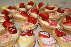crema pasticcera con fragole barchette con crema pasticcera fragole e fiori in pasta di zucchero pasticceria