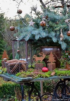 Garten Weihnachtlich Dekorieren - quaste aus kiefernadeln nat 252 rliche gartendeko im winter