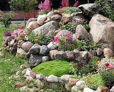 Gartengestaltung Mit Bunten Bl 252 Ten Und Vielen Steinen 53