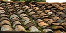 démousser une toiture toit en tuiles neuve ou r 233 novation conseils entretien