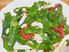 rezept frischer spinat nudelsalat mit getrockneten tomaten und frischem spinat
