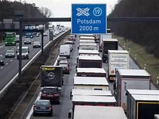 Kilometerlanger Stau Nach Unfall Auf Der A10 Berlin De